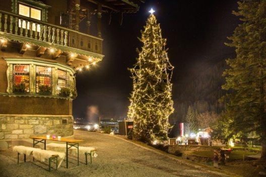 """Rund um das Museum von St. Anton am Arlberg findet der """"Adventzauber im Park"""" statt. (Bild: © TVB St. Anton am Arlberg/Die West)"""