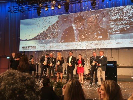 Alle strahlenden Milestone-Preisträger im Konfetti-Regen auf der Bühne des Kursaal Bern.