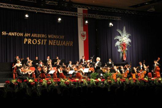 Beim traditionellen Neujahrskonzert in St. Anton am Arlberg treten die Musiker des Ambassade Orchester Wien unter Leitung von Prof. Dr. Rudolf Streicher auf. (Bild: © TVB St. Anton am Arlberg)