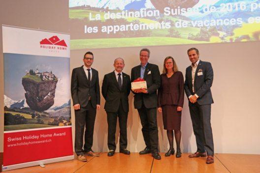 Personen auf dem Bild von links nach rechts: Daniel Koller (e-domizil AG), Dominique de Buman (Nationalrat und Präsident STV), Stefan Sieber (Engadin St. Moritz), Barbara Gisi (STV), Martin Nydegger (Schweiz Tourismus) (Bild: © Swiss Holiday Home Award / e-domizil AG)