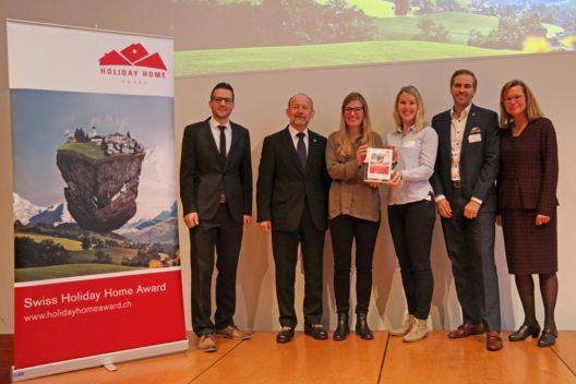 Personen auf dem Bild von links nach rechts: Daniel Koller (e-domizil AG), Dominique de Buman (Nationalrat und Präsident STV), Michèle Feierabend und Jasmin Della Torre (Engelberg-Titlis)), Martin Nydegger (Schweiz Tourismus), Barbara Gisi (STV) (Bild: © Swiss Holiday Home Award / e-domizil AG )