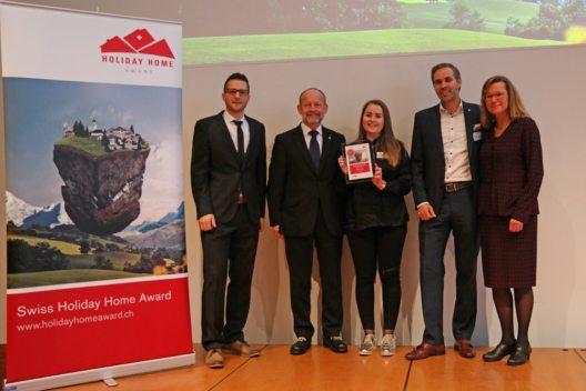 Personen auf dem Bild von links nach rechts: Daniel Koller (e-domizil AG), Dominique de Buman (Nationalrat und Präsident STV), Andrea Parpan (Lenzerheide), Martin Nydegger (Schweiz Tourismus), Barbara Gisi (STV) (Bild: © Swiss Holiday Home Award / e-domizil AG )