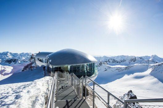 Die Bergstation der Wildspitzbahn liegt auf 3.440 Metern - diese Höhe ist auch Namensgeber für das höchste Café Österreichs. (Bild: © Pitztaler Gletscher/Zangerl)