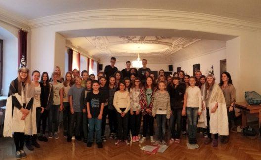 Schüler aus der Region proben fleissig für ihren Auftritt beim Rattenberger Advent. (Bild: © Rattenberger Advent)