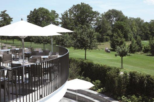 Die Terrasse mit Aussicht auf den Golfplatz.