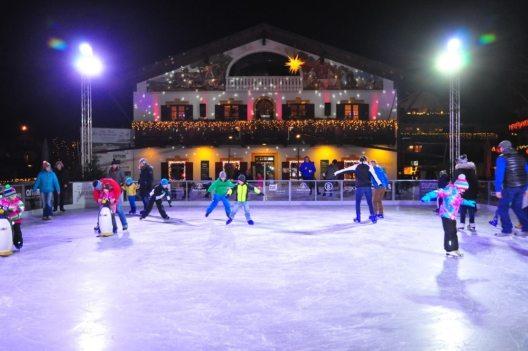 Eine stimmungsvolle Winterlandschaft lädt mit einer Eisfläche zum Schlittschuhlaufen und Eisstockschiessen ein. (Bild: © marktgarmischpartenkirchen_peterlehner)