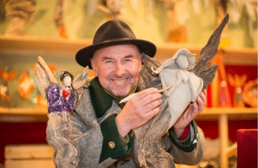 Der Künstler und Standbetreiber am Salzburger Christkindlmarkt Gerhard Oberholzner ist bekannt für seine Engelsskulpturen aus Keramik und Schwemmholz. Jedes Stück ist ein Unikat. Das Schwemmholz dazu sammelt Oberholzner eigenhändig an der Salzach.