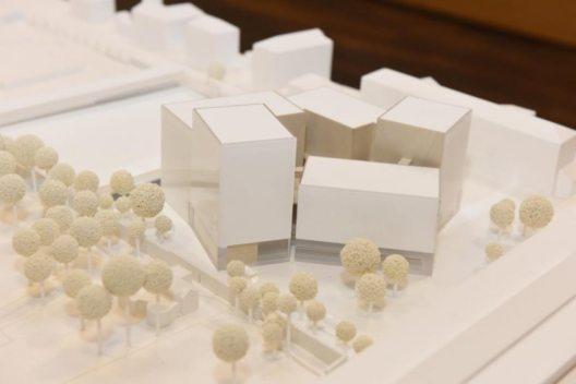 Modell des neuen MCI-Campus, Blick von SW: links der Hofgarten, rechts vorne der Baukörper der SOWI-Fakultät der Universität Innsbruck. (Modell: Loudon, Habeler & Partner ZT; (Bild: © MCI))