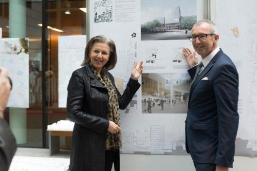 Landesrätin Patrizia Zoller-Frischauf erläutert gemeinsam mit MCI-Rektor Andreas Altmann die Vorzüge des Siegerprojekts zum neuen MCI-Campus. (Bild: © Land Tirol)