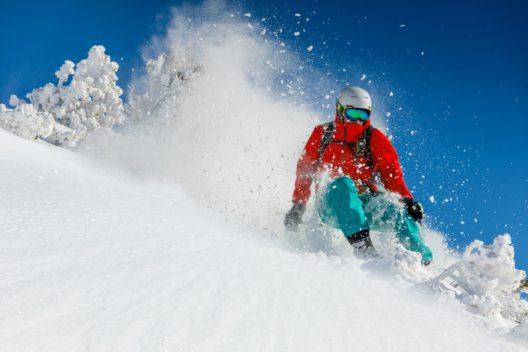 Besonders gefährdet sind beim Ski- und Snowboardfahren die Knie. (Bild: Lukas Gojda – Shutterstock.com)