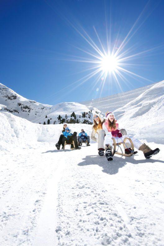 Rodeln kann man in Innsbruck und seinen Feriendörfern fast überall- auch wie hier zu sehen im Kühtai. (Bild: © Innsbruck Tourismus Groeger Rodeln Kühtai)