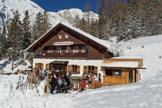 Nach einem 60 minütigen Aufstieg wird man im gemütlichen Lehnberghaus in Obsteig mit einer genussvollen Jause belohnt. (Bild: © Innsbruck Tourismus Rodeln Lehnberghaus)