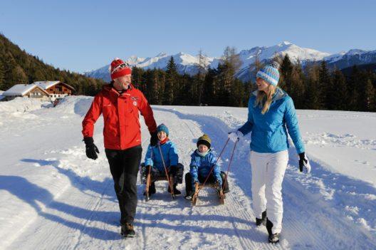 Rodeln zählt zu den beliebtesten Freizeitbeschäftigungen im Winter für Familien. (Bild: © Innsbruck Tourismus Familienrodeln)