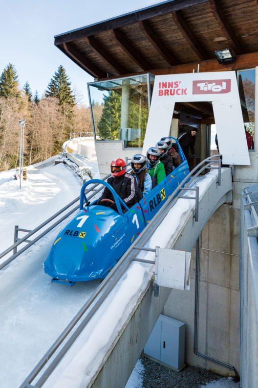 Die Fahrt mit dem Gästebob im Igler Eiskanal beginnt steil bergab und geht rasant weiter. (Bild: © Innsbruck Tourismus Gaestebob)