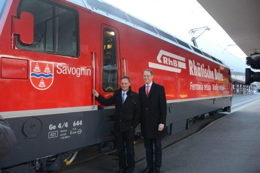 """Die RhB als touristische und wirtschaftliche """"Lokomotive"""" Graubündens präsentierte anlässlich der Jahresmedienkonferenz am Bahnhof Chur die erste totalrevidierte Lok Ge 4/4 III, welche die Nummer 644 und den Namen """"Savognin"""" trägt."""
