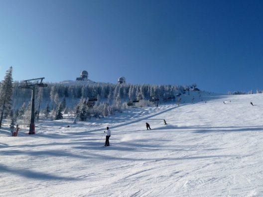 Besonders kindgerecht geht es laut Skiresort.de im Familienskigebiet Arber im Bayerischen Wald zu.