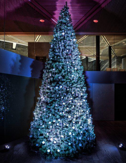 Funkeln zum 10-jährigen Spa-Jubiläum – über 800 Original Swarovski Kristall-Ornamente am grossen Tschuggen Weihnachtsbaum im Eingangsbereich der Bergoase. (Bild: Tschuggen Hotel Group)