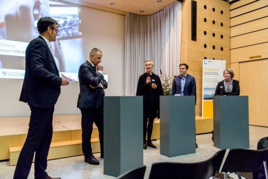 Abschlussdiskussion (v.l.n.r.): Prof. Dr. Andreas Deuber (ITF HTW Chur), Prof. Dr. Andy Ziltener (SIFE HTW Chur), Anja Kirig (Zukunftsinstitut), Philipp Ries (Google Schweiz), Myriam Keller (Graubünden Ferien)
