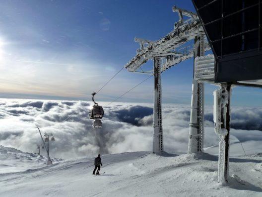 Das Skigebiet Jasná Nízke Tatry zählt laut Skiresort.de auch dank modernster Seilbahnen zu den führenden Wintersportregionen der Slowakei.