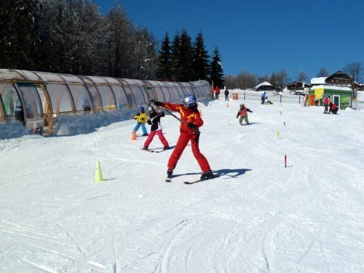 Spielerisch fahren die Ski-Haserl ihre ersten Schwünge im von Skiresort.de ausgezeichneten Mitterdorf (Almberg).
