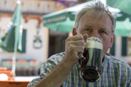 Brotzeit mit Radweg-Reisen - Auf der Radreise vom Bodensee zum Königssee steigt die Toleranzgrenze beim Alkoholgenuss proportional mit den gefahrenen Radkilometern. Auf deutschem Terrain sind es 0,3 und auf österreichischem 0,8 Promille. Das ist gut zu wissen, wenn man sich zur Brotzeit eine Radlermass oder einen Heurigen gönnen möchte.