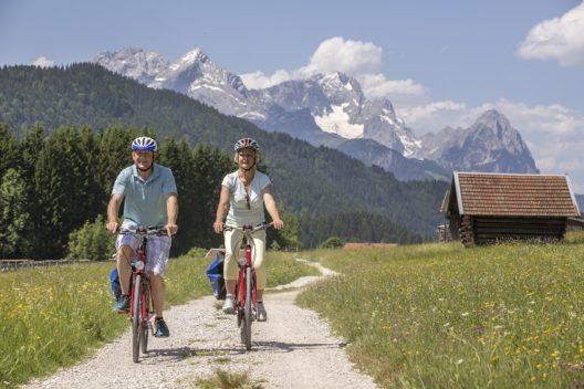 Per Rad durchs bayerische Voralpenland - Radweg-Reisen führt quer durch das bayerische Voralpenland. Passiert werden einsam gelegene Bauernhöfe und märchenhafte Schlösser.