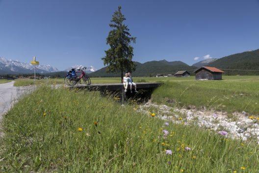 Märchenhafte Naturkulissen sind Programm bei Radweg-Reisen - Die 14-tägige Radreise des Veranstalters Radweg-Reisen vom Bodensee an den Königssee führt entlang von Wiesen und Weiden, Seen und Schlössern mitten hinein in bäuerliches Brauchtum und märchenhafter Naturkulissen.
