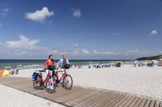 Der Strand radelt immer mit - Radurlaub auf dem Darss: Die neue Reise des Konstanzer Veranstalters Radweg-Reisen führt von Rostock aus über Wustrow und Zingst bis nach Stralsund. Die Route ist an acht Tagen bequem zu erradeln.