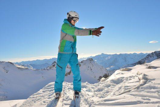 Der ausgebildete Skilehrer Thomas Vau aus Lech in Vorarlberg hat auf der Suche nach mehr Harmonie beim Skifahren die Philosophie des Schigongs erfunden: www.checkyeti.com/schigong