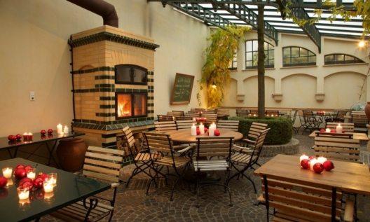 Mit dem Hotel Zumnorde zum Erfurter Weihnachtsmarkt Im Weihnachtsmarkt-Arrangement des Hotels sind zwei Übernachtungen in einem Doppelzimmer sowie das reichhaltige Frühstücksbuffet enthalten. Bei der Ankunft freut sich das Auto über einen Tiefgaragen-Stellplatz und seine Fahrer über ein Glas Punsch als Begrüßung an der Hotelbar. Nach einem Mittag- oder Abendessen in der urigen Weinstube geht es hinaus in die Weihnachtsstimmung. Weitere Bestandteile des Pakets sind ein regionales Tapas-Menü und eine heiße Schokolade mit Kuchen. Das besondere Extra ist ein persönlicher Beratungstermin im angesehenen Schuhhaus Zumnorde mit Tipps und Infos zu den neuesten Trends. Das Weihnachtsmarkt-Arrangement ist vom 24. November bis 22. Dezember 2015 buchbar und kostet 195 Euro pro Person im Doppelzimmer oder 255 Euro pro Person im Einzelzimmer. Die Kulturförderabgabe wird mit fünf Prozent auf den Übernachtungspreis berechnet. Bei Anreise am Freitag oder Samstag gilt ein Aufschlag von zehn Euro pro Tag und Person.