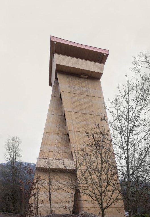 Der Tierpark-Turm auf dem höchsten Punkt des Parks (Bild © obs/Natur- und Tierpark Goldau/Frédéric Urben)