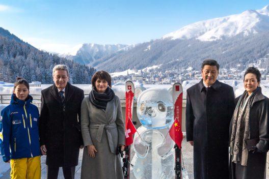 Bundespräsidentin Doris Leuthard und Chinas Präsident Xi Jinping flankiert von der chinesischen Skilehrerin Song Shuyao für die Skischule Davos, Ehemann Roland Hauser und Chinas First Lady Peng Liyuan.