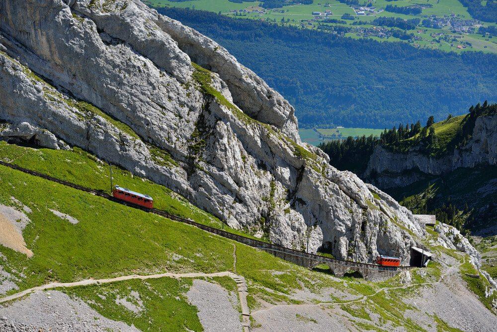 Hoch hinauf auf den Pilatus mit der Bergbahn! (Bild: num_skyman - shutterstock.com)