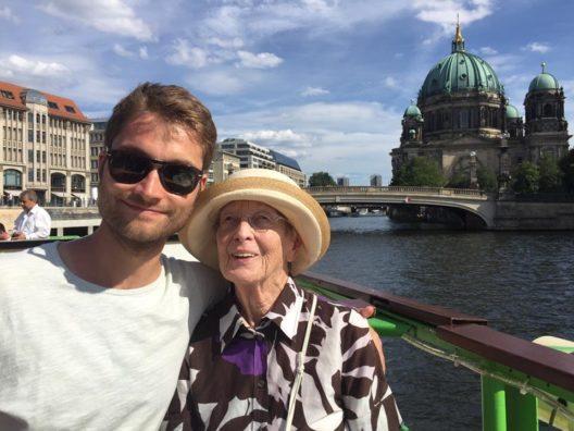 CEO und Gründer Johannes Reck zeigt seiner Grossmutter das GetYourGuide-Angebot in Berlin. (Bild: GetYourGuide)