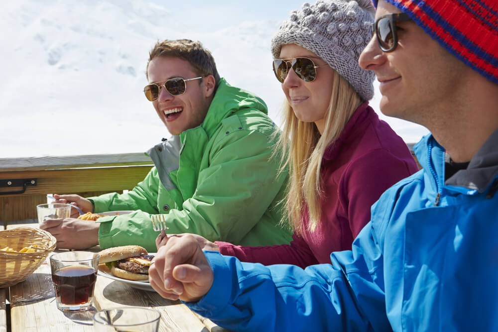 Eine gute Figur auch beim Après Ski machen (Bild: Monkey Business Images - shutterstock.com)