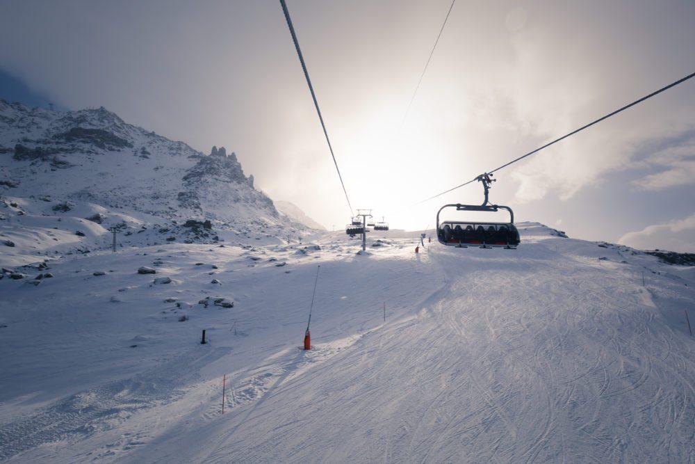 Die neue Sesselbahn Curtinella am Corvatsch mit der erweiterten Schneeanlage (Bild: Fabian Gattlen)