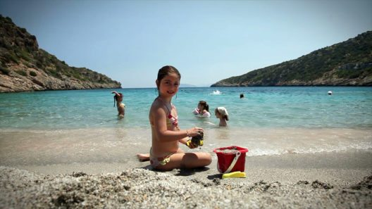 Kinder freuen sich über Strandferien (© DAIOS COVE)