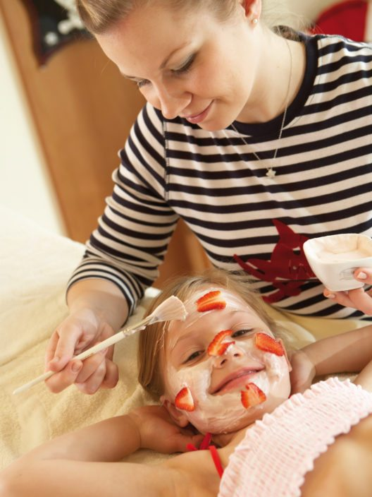 Erdbeermaske - für Kinder ein lustiges Erlebnis (Bild: © Travel Charme Hotels & Resorts)