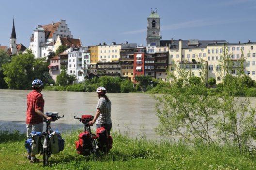 Radler am Inn in Wasserburg (Bild: © Chiemsee-Alpenland Tourismus)