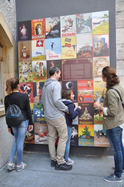 """Werbeplakate """"Suchard à la Belle Epoque"""" (mit Besuchern) (Bild: © Tourisme neuchâtelois)"""