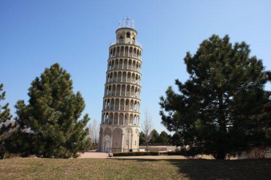 Schiefer Turm in Amerika (Bild: © Thomas Barrat - shutterstock.com)