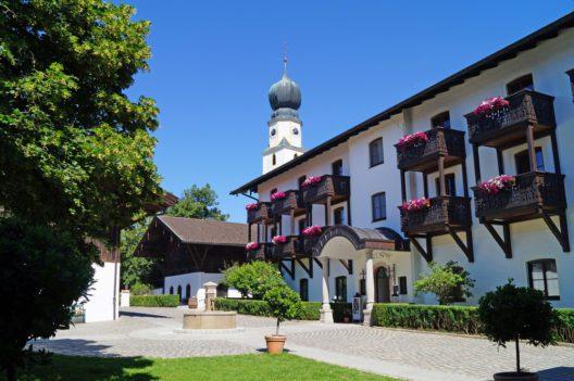 Hotel Gut Ising - Oftmals Drehort für die Rosenheim Cops (Bild: © Hotel Gut Ising)