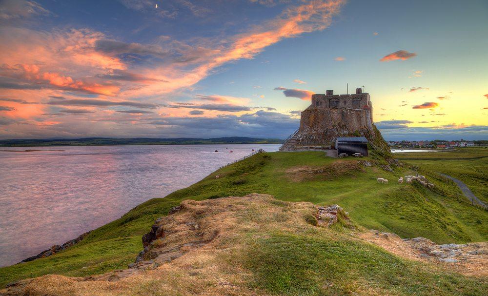 Lindisfarne Castle in der englischen Grafschaft Northumberland (Bild: © TJ Photography UK – shutterstock.com)