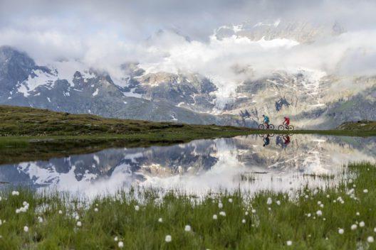 ENGADIN ST. MORITZ - Mountainbiker im Val dal Buegliet, im Hintergrund der Cambrena Gletscher mit dem Piz d'Arlas (3'375 m) und dem Piz Cambrena (3'602 m). (Bild: ENGADIN St. Moritz - swiss-image.ch/ Markus Greber)