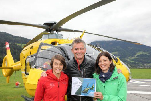 Robert Lohr mit zwei Gewinnerinnen eines Rundflugs mit ihm. (Bild: Martin Huber)