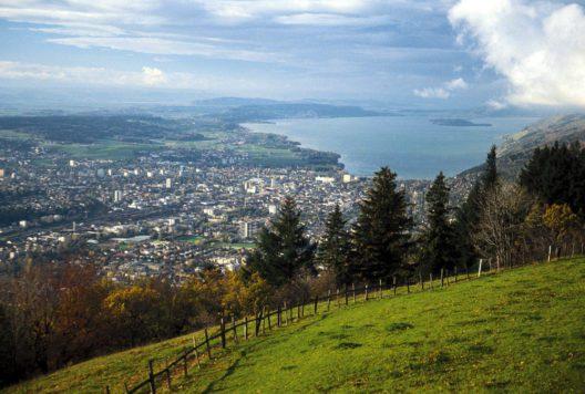 Biel: Blick auf die Stadt und den Bielersee mit St. Petersinsel (Bild: Biel/Bienne Seeland Tourismus / swiss-image.ch)