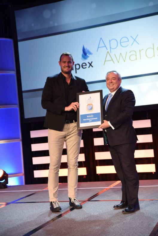 Patrick Brannelly, DVP Costumer Experience, nimmt Best Entertainment Award entgegen (Bild: © Emirates)