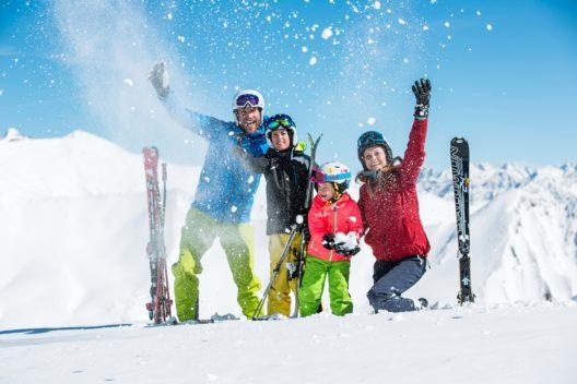 Familienwinter im Schnee (Bild: © danielzangerl.com)