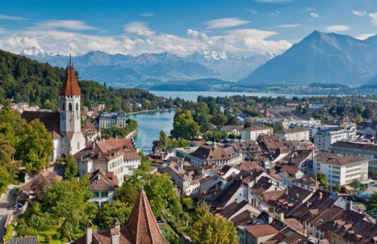 Sicht auf die Stadt Thun mit dem Schloss (Bild: Interlaken Tourismus / swiss-image.ch / Jan Geerk)