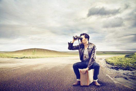 Suchender Mann (Bild: © Ollyy - shutterstock.com)